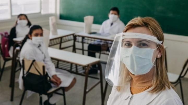 Vacunarán a docentes en febrero para que las clases inicien «con mayor presencialidad»
