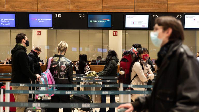 Reino Unido prohíbe la entrada de sudamericanos por la variante brasileña del virus