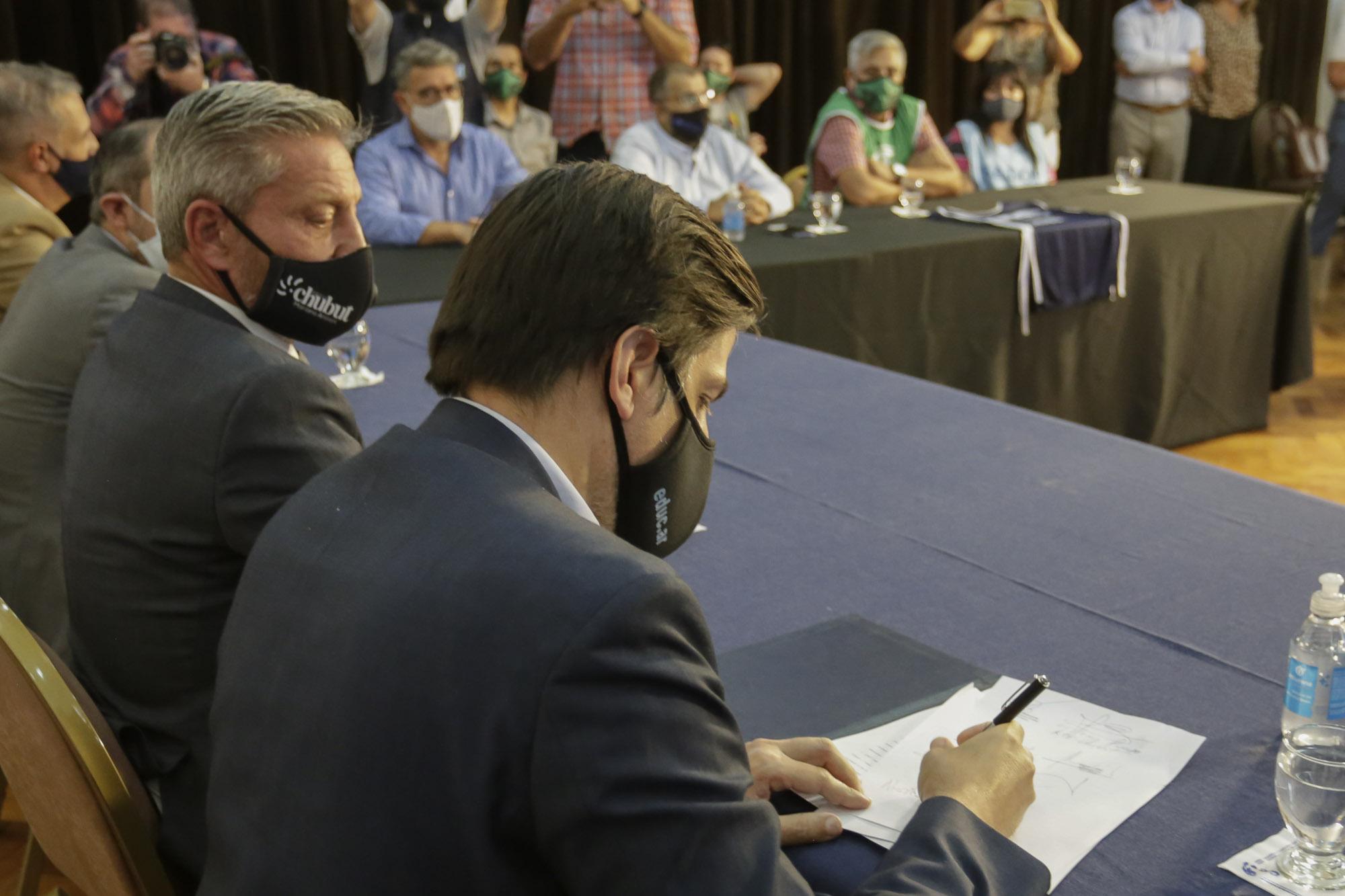 Provincia anunció acuerdo con los gremios y el lunes comenzarían las clases