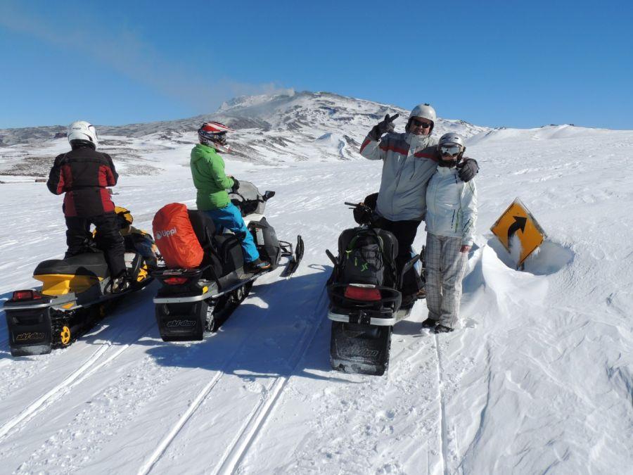 Turismo aventura: cómo es la ascención en moto de nieve al volcán Copahue