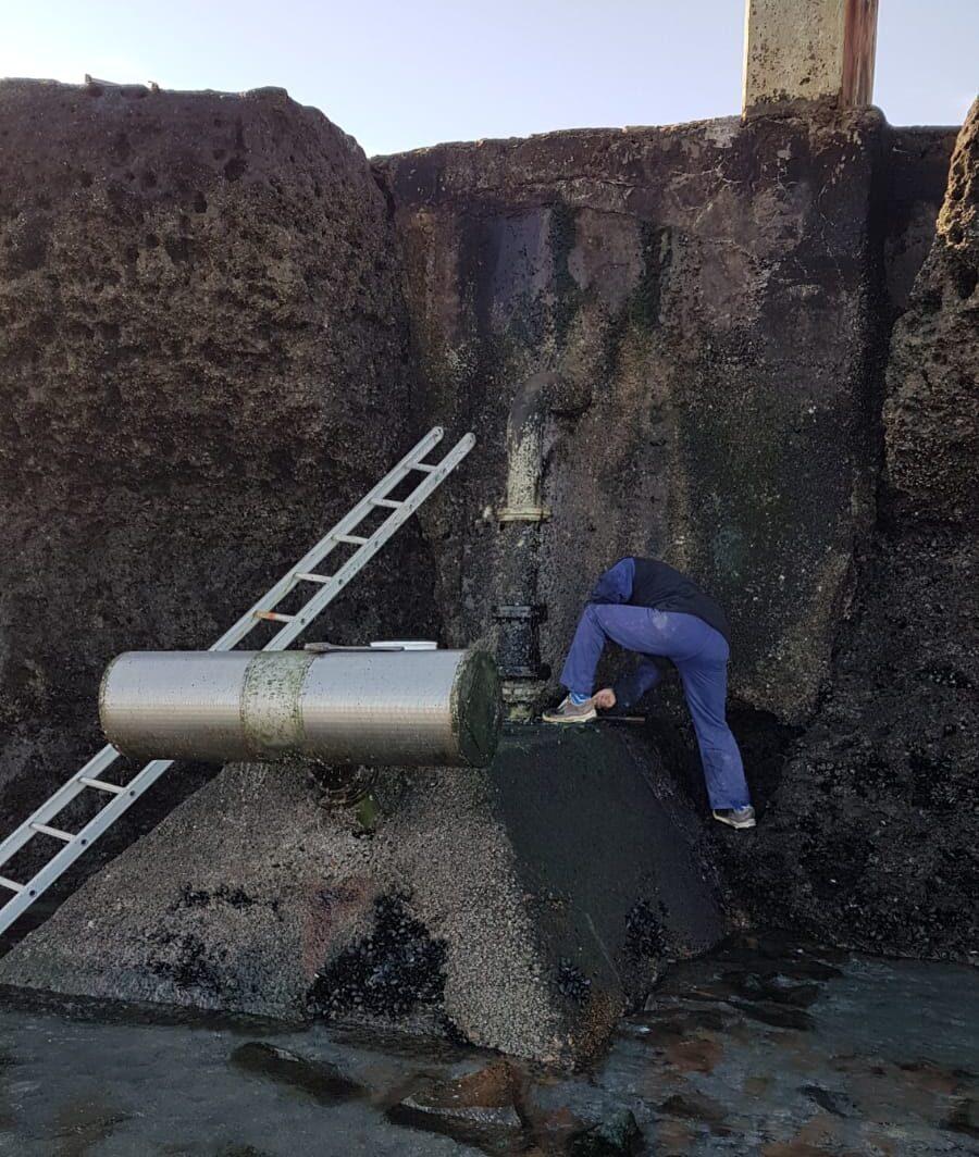 Puerto Pirámides: Realiza tareas de limpieza en el filtro de agua de mar para ampliar potabilización