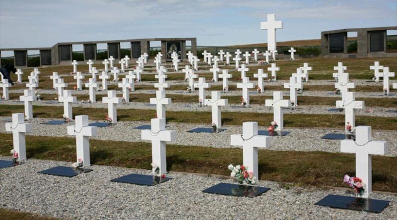 Cancillería: Se firmaron instrumentos para buscar e identificar tumbas de guerra en las Malvinas